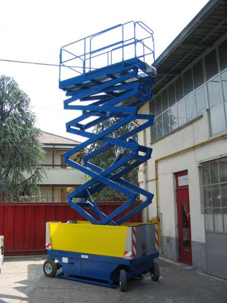 Scalificio Clerici s.n.c. - Piattaforma a pantografo con ruote traslante in quota